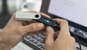 کیف پول سخت افزاری لجر نانو اس - Ledger Nano S ؛ بررسی و آموزش